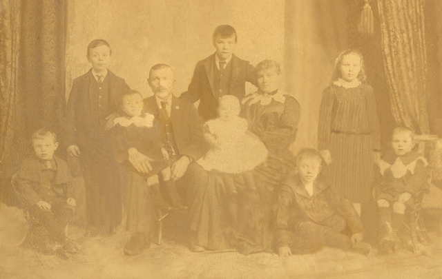 Bernt and Edith Aanensen with eight of their 10 children 1904  image courtesy of Jill Dawson